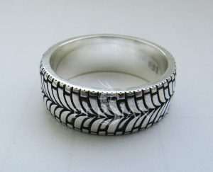 Кольцо серебряное «Мото» широкое