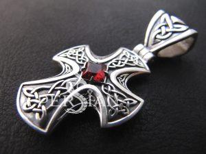 Серебряный крест с кельтским узором и гранатом