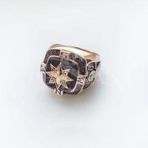 Золотой перстень «Роза Ветров» с гранатами