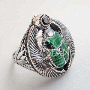 Перстень «Скарабей» с малахитом и гранатом