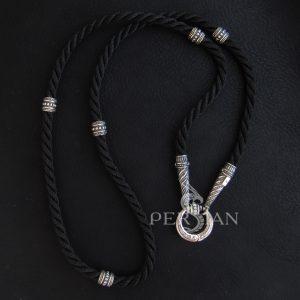 Шёлковый шнурок с серебряными конусными наконечниками и бусинами