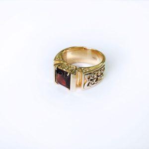 Золотая мужская печатка «Fatum» с гранатом