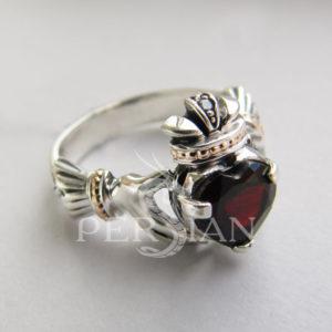 Серебряное кольцо «Кладдах» с гранатом