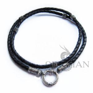 Кожаный шнурок с овальными наконечниками и бусинами из серебра