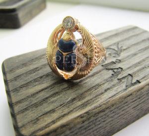 Перстень золотой «Скарабей» с бриллиантом и лазуритом