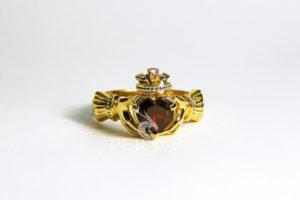 Кольцо золотое «Кладдах» с гранатом